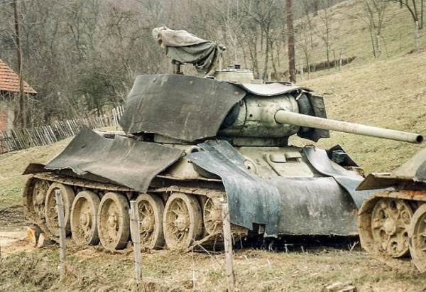 A Bosnian Serb Army T-34-85, with rubber matting added in an attempt to hide its thermal signature, near Doboj in early 1996. Photo: Paalso CC BY-SA 3.0