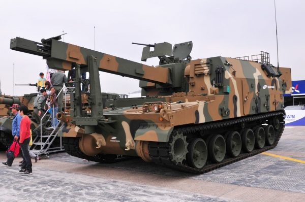 The K10 supplies ammunition for the K9. Image 권순삼, 국방시민연대 (Defense Citizen Network) CC BY-SA 2.0 kr