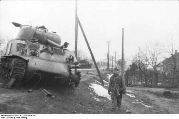 A knocked out Sherman that was in Soviet use. Bundesarchiv CC BY-SA 3.0 de