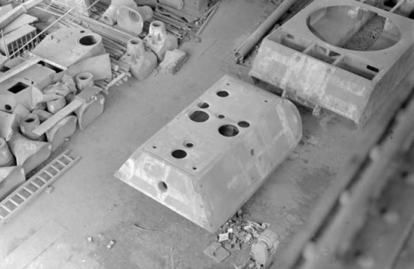 Maus turret and hull Maus turret at the Krupp factory in Essen. Jagdtiger and Maus gun mantlets can also be seen on the left.