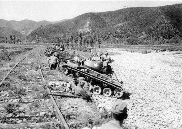 M24 Chaffee light tanks of the 25th Infantry Division, U.S. Army, wait for an assault of North Korean T-34-85 tanks at Masan.
