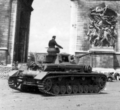 "A Panzer IV Ausf. G of the 1st SS Panzer Division ""Leibstandarte Adolf Hitler"" near the Arc de Triomphe in Paris, 1942. Bundesarchiv, Bild 101III-Zschaeckel-170-20 Zschäckel, Friedrich CC-BY-SA"