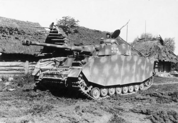 A PzKpfw IV Ausf. H of the 12th Panzer Division carrying Schürzen skirting operating on the Eastern Front in the USSR, 1944. Bundesarchiv, Bild 101I-088-3734A-19A Schönemann CC-BY-SA 3.0