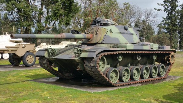 An early M60 with the M48 style turret. Note the 105 mm M68 gun. Image by Articseahorse CC BY-SA 4.0.