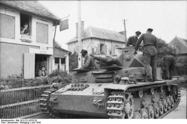 France, Panzer IV moving trough a village.Bundesarchiv, Bild 101I-721-0378-28 Vennemann, Wolfgang CC-BY-SA 3.0