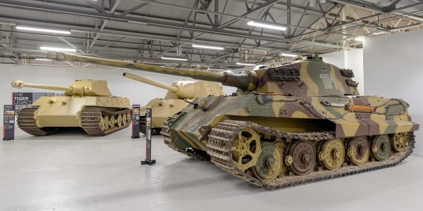 From left to right: Tiger II V2 Prototype made of mild steel, Jagdtiger 305004, and Tiger II 280093 that was captured in France. Image by Morio CC BY-SA 4.0.