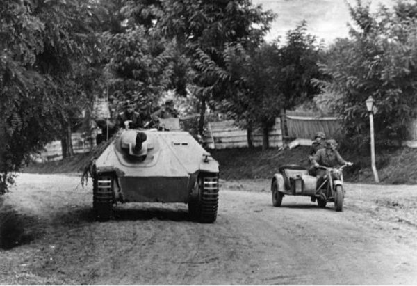 Hetzer of the 8th SS Cavalry Division in Hungary – 1944 – Bundesarchiv, Bild 101I-715-0213A-25 Kreutzer, Wilhelm CC-BY-SA 3.0